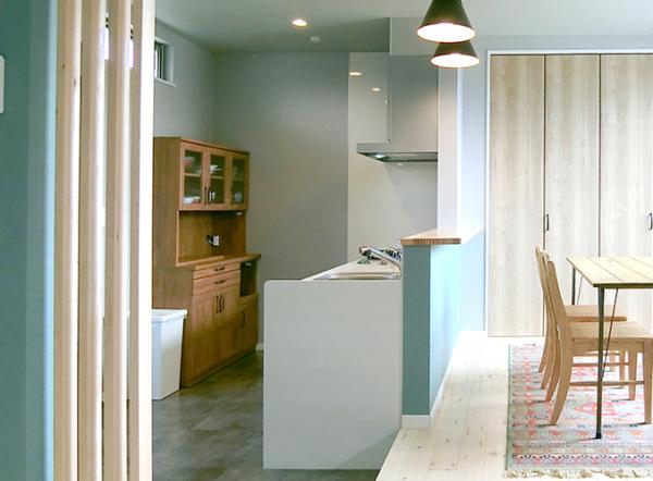 スキップキッチン・天然無垢材フロアの家